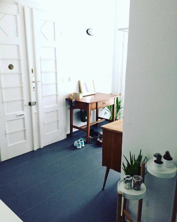 Schone Altbauwohnung In Wien Mit Dunkel Gefliestem Flur Und Schoner Mobel Wohnung In Wien Wien Flur Corridor Hallway Eingangsbereich