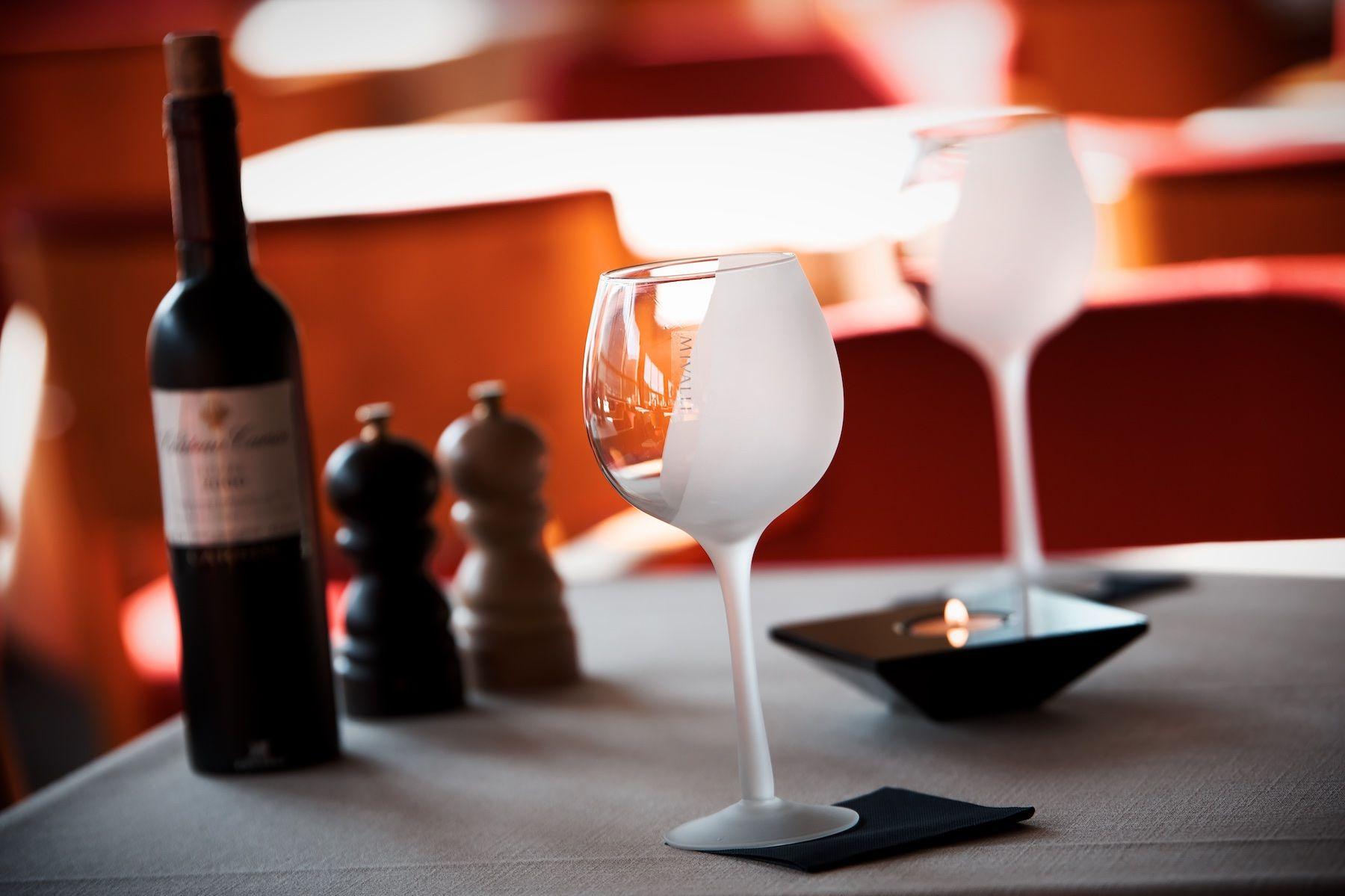 Frosted-viinilasit ja musta Aqua-tuikku @Ravintola Lasipalatsi, Helsinki #wineglass #viinilasi #viini #suomalainenmuotoilu #finnishdesign #kattaus