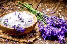 Rezept für Lavendel Badesalz aus nur 4 Zutaten - schenkt Entspannung und einen tiefen, erholsamen Schlaf