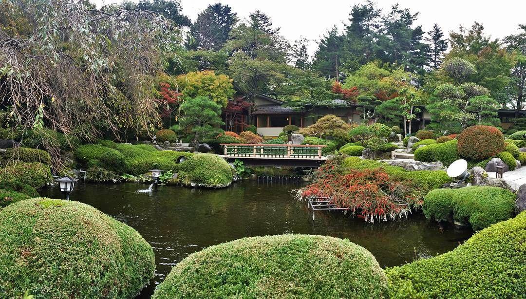 Så inspirerande och vackert med Japanska trädgårdar. Här strosade vi omkring en septemberdag vid Mt Fuji och bara njöt av omgivningen.  #japanskträdgård #japanesegarden #wexthuset #gardeningbywexthuset #växtstöd #garden #trädgård #gardenlife #trädgårdsliv #mygarden #minträdgård #gardenlovers #trädgårdsälskare #favoritplats #favouriteplace #gardeninspiration #trädgårdsinspiration #inspiration #trädgårdsdesign #gardendesign