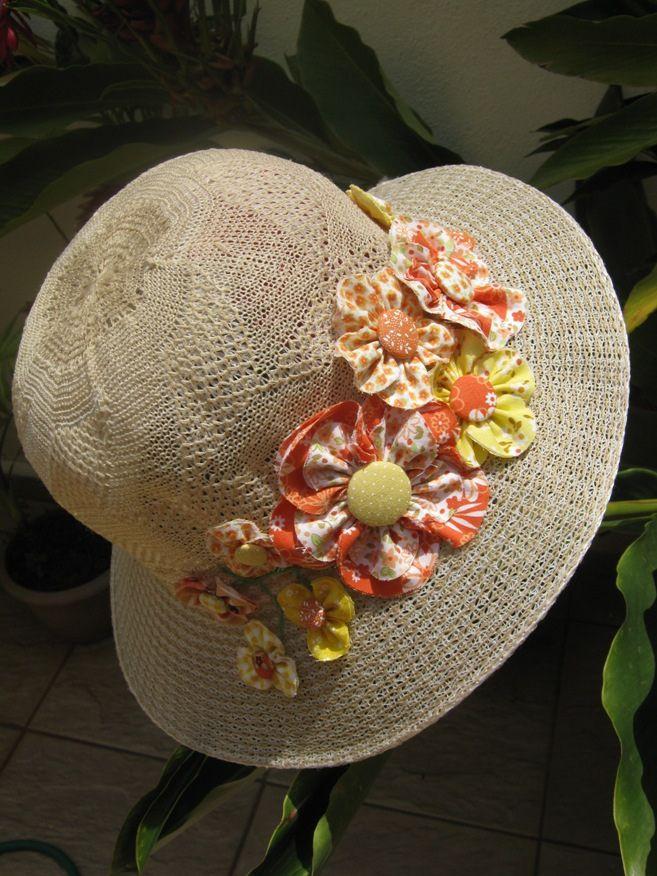 Que tal customizar seu chapéu de praia com flores de fuxico    Super fácil  e fica muito charmoso! Essa peça saiu na revista Mini Fuxico da Minuano!  contato  ... aa42016a7a7