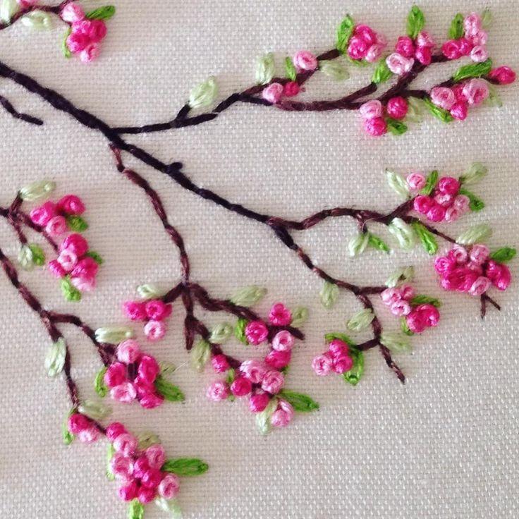 Kirschblüten sticken - die kleinen Blüten in verschiedenen Rosatönen sind durchweg mit französischen Knoten gestickt ♥️ l #sticken #kirschblüten #frenchknot #embroidery #blumensticken #flowerpatterndesign