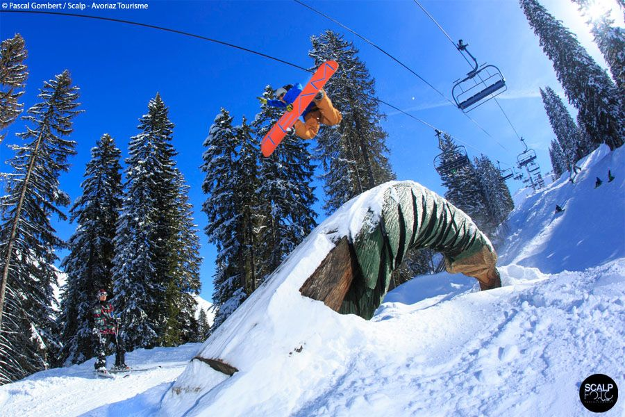 A guide to snowboarding in Avoriaz including the trails, the lifts, holidays, snow forecast, snowboard hire and accommodation.