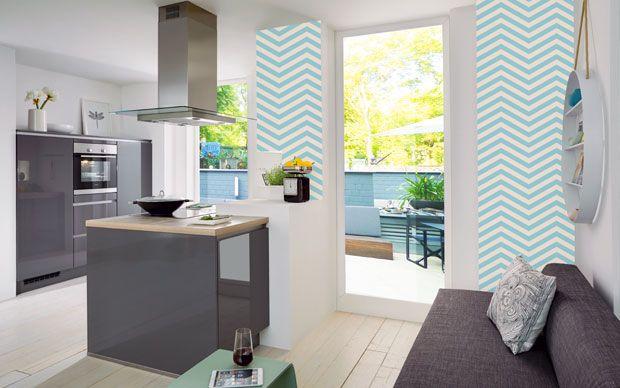 Graue Küche in Hochglanz mit grafischem Tapetenmuster Geometric - wandverkleidung küche glas