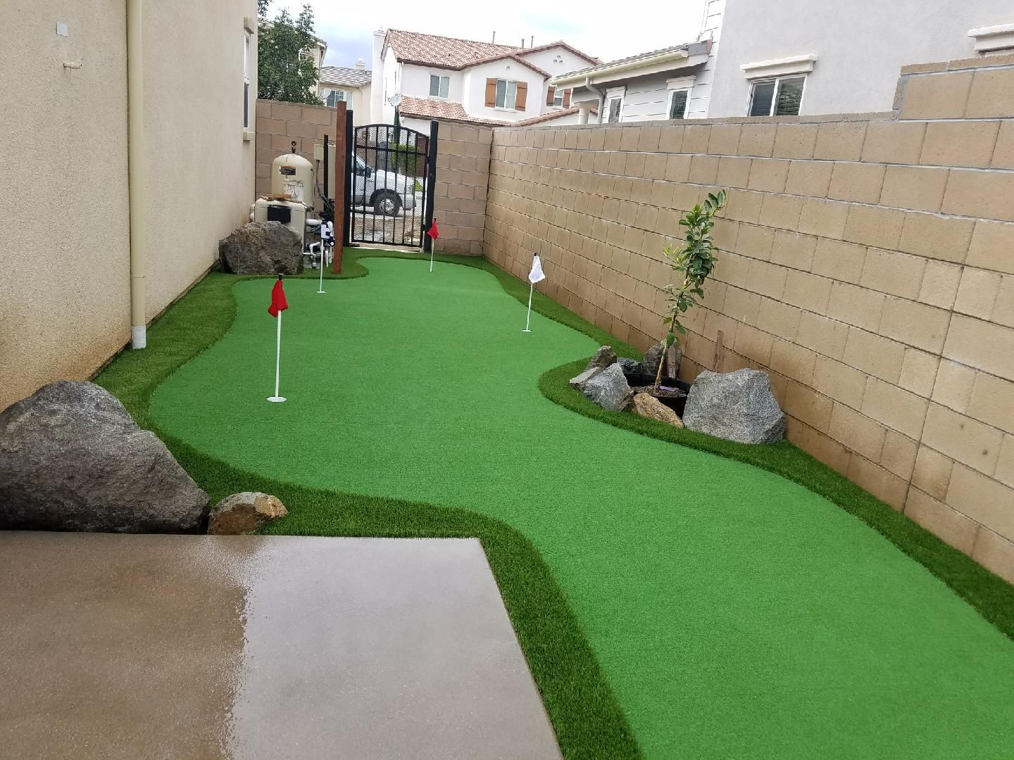 Narrow Space Putting Green Created By Tough Turtle Turf Artificial Grass Artificialgrass Tur Green Backyard Backyard Putting Green Artificial Grass Backyard