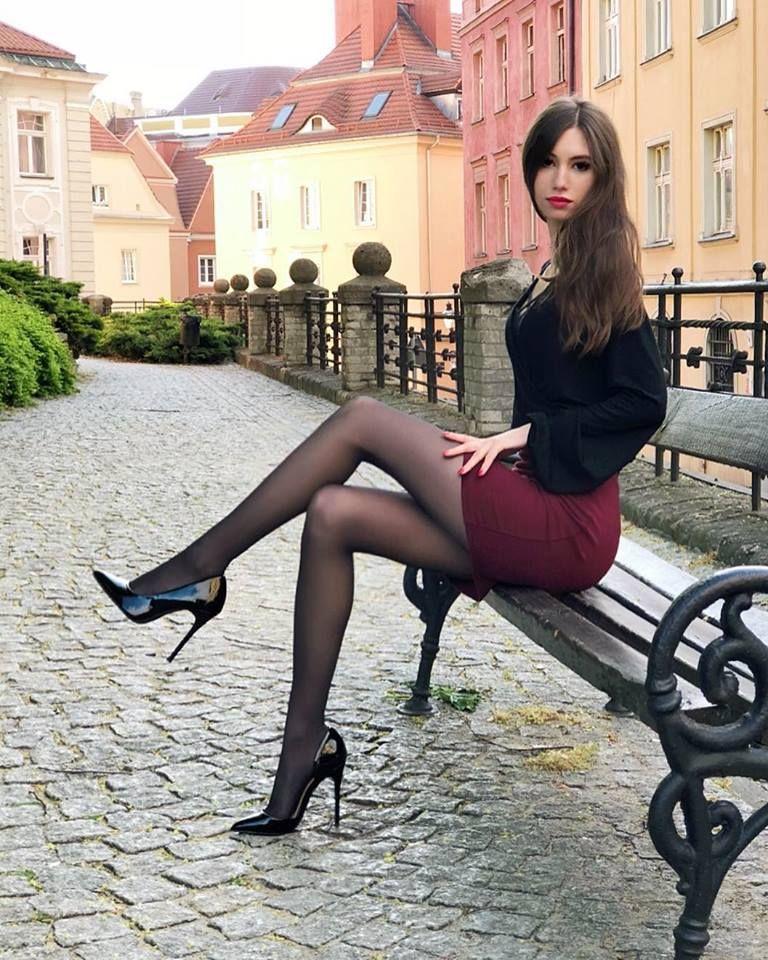 худенькие девушки в юбках и колготках
