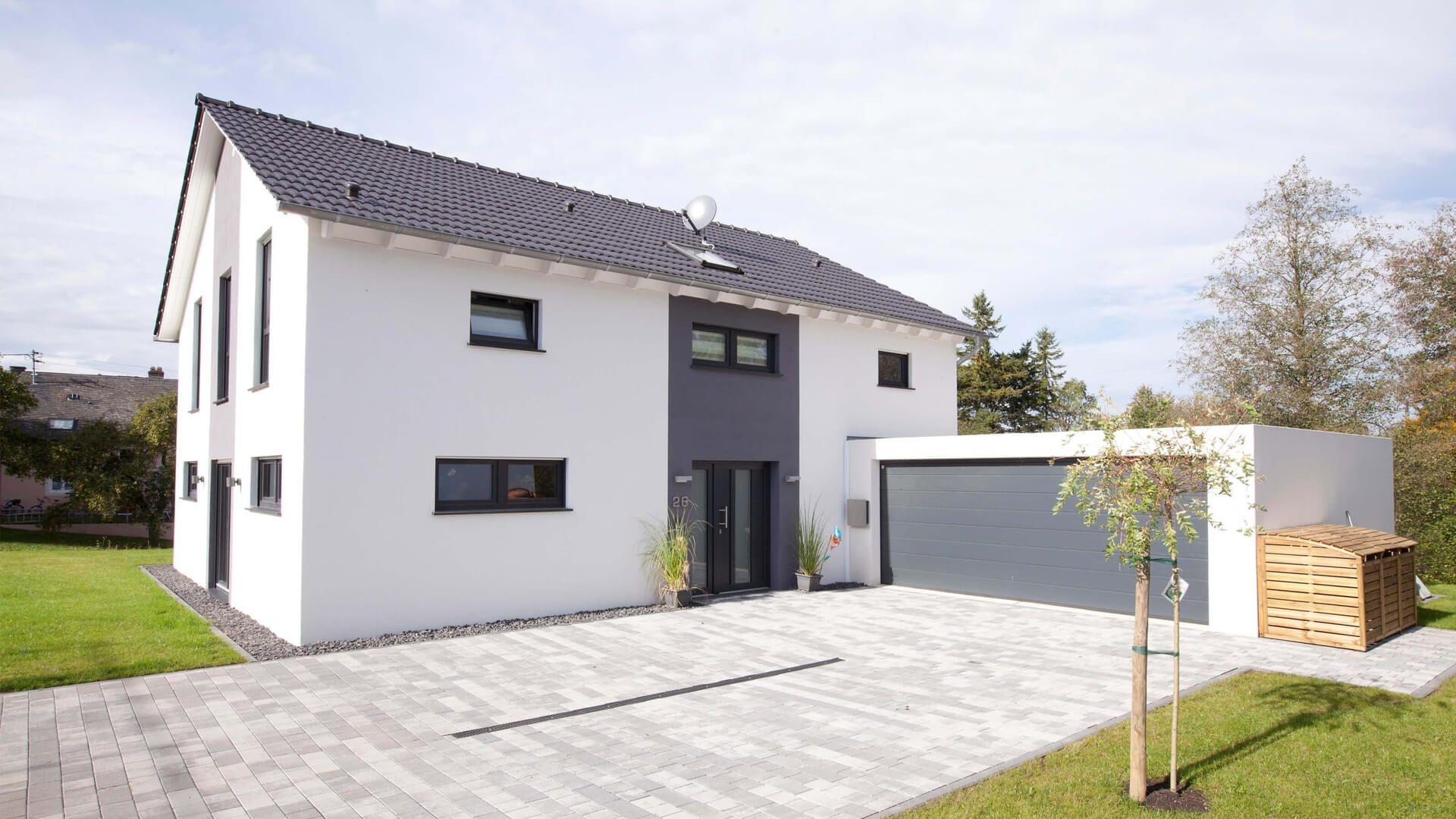fingerhut einfamilienhaus schwarzes satteldach wei verputzt mit grau abgesetzten teilfl chen. Black Bedroom Furniture Sets. Home Design Ideas