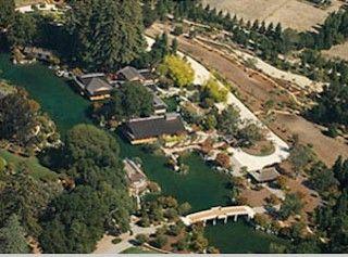 Larry Ellison Woodside Calif A Mega Estate In Woodside Pictured Here About 30 Miles South Of San Francisco Set On 23 Acres It S Reminiscen Casas Moradia