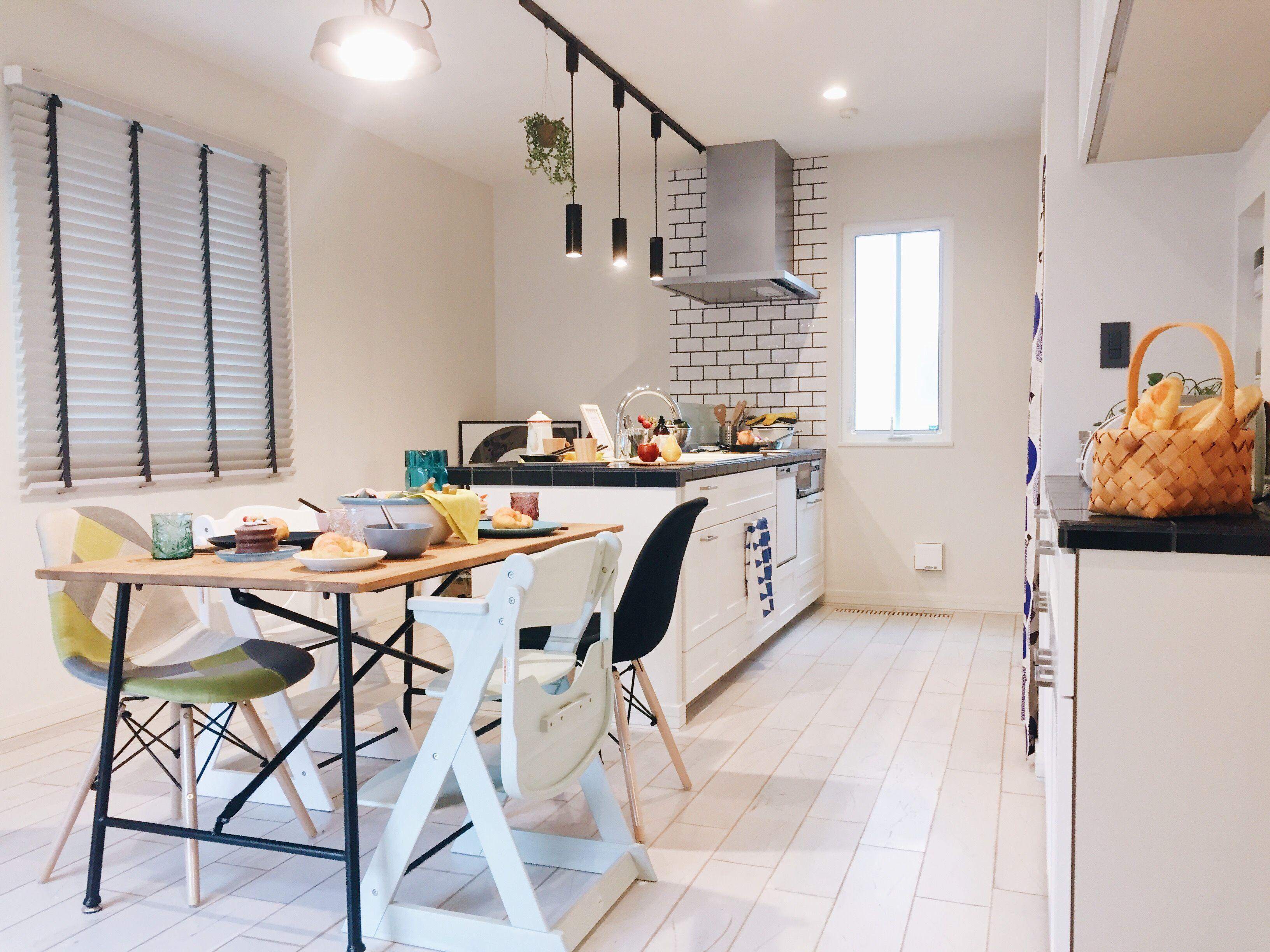 ルオント ダイニングキッチン インテリア 無垢 白い床 木製ブラインド