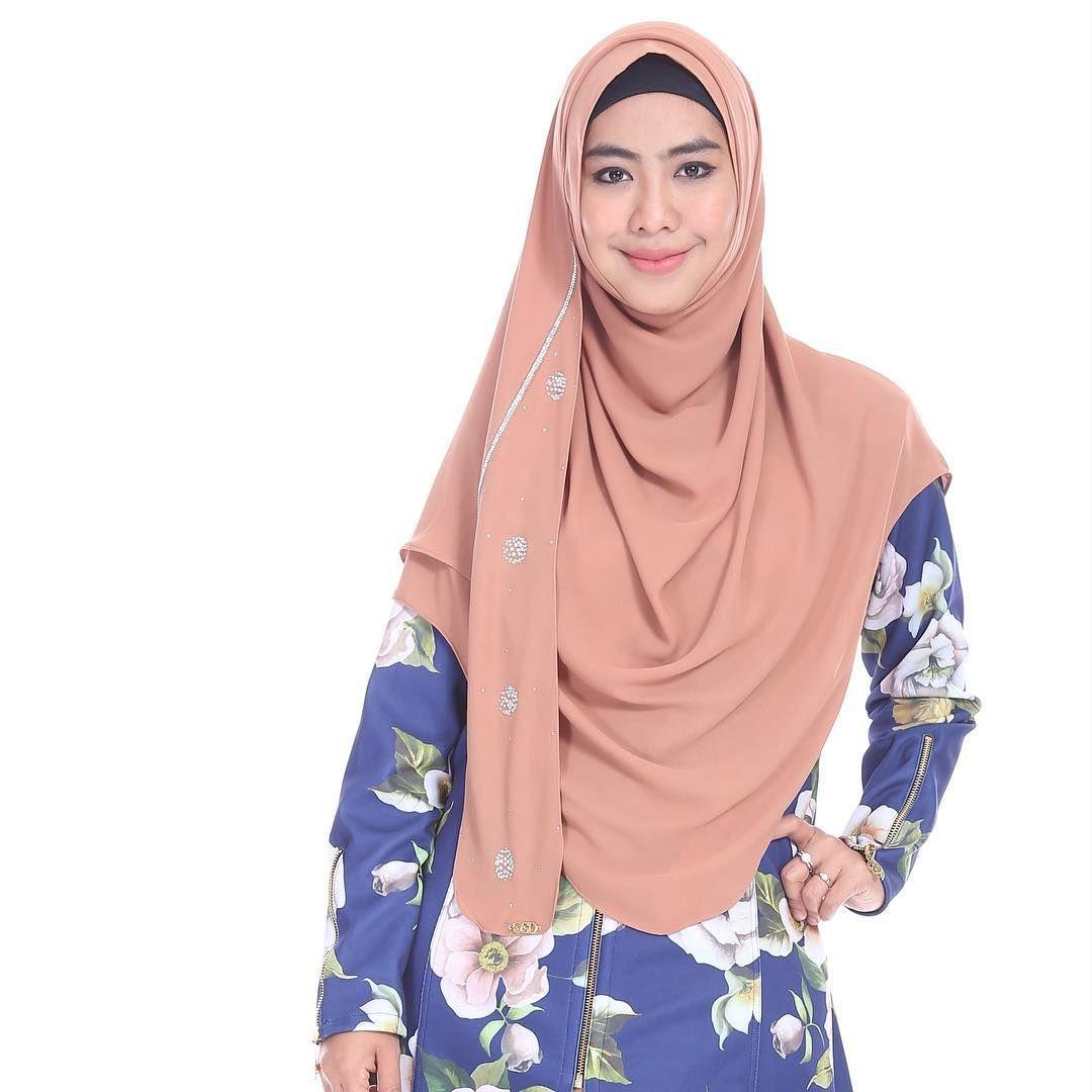 Gambar Mungkin Berisi 1 Orang Dewi Gaya Hijab Selebriti