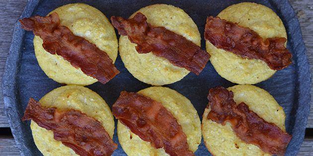 Super nemme æggemuffins med blomkål og dejligt sprød bacon på toppen. Gode til både morgenmad, brunch eller frokost.