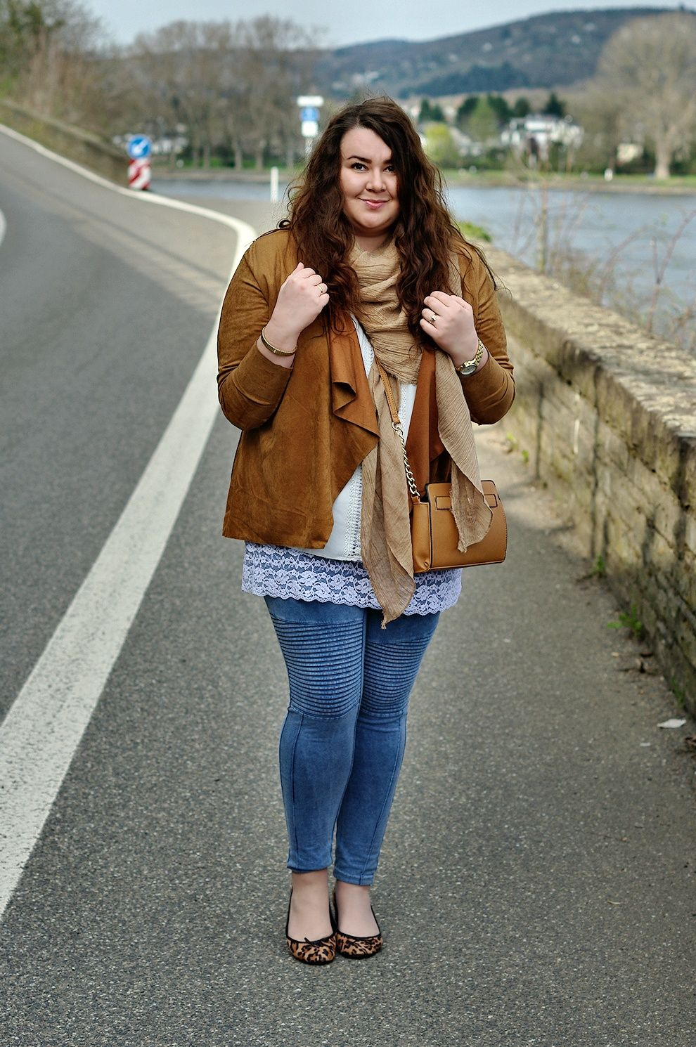 Große Größen Plus Size Fashion Blog - hippie boho style - brown leather  ruffled jacket, lace top, beige scarf, leo flats and a brown purse
