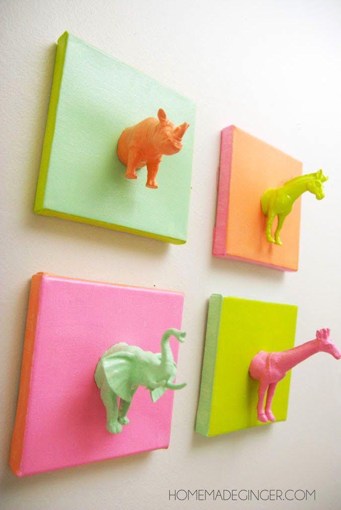 Este proyecto de la lona DIY lindo hecho con animales de plástico es un divertido y fácil idea!  Es perfecto para un cuarto de niños, la habitación de los niños, o un estudio de arte.