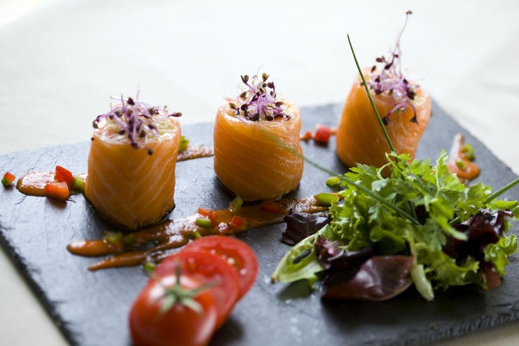 L'Auberge du Centre, 3 étoiles dans le Val de Loire, abrite un savoureux restaurant de campagne, où le chef s'emploi à sauvegarder la tradition culinaire de la région. Au fil des saisons, une cuisine toujours plus créative vous est proposée, accompagnée de saveurs et d'arômes généreux. Ces délicieux produits du terroir sont à déguster dans l'une des 3 salles du restaurant, ou sur la terrasse baignée par la douce lumière de la Loire.