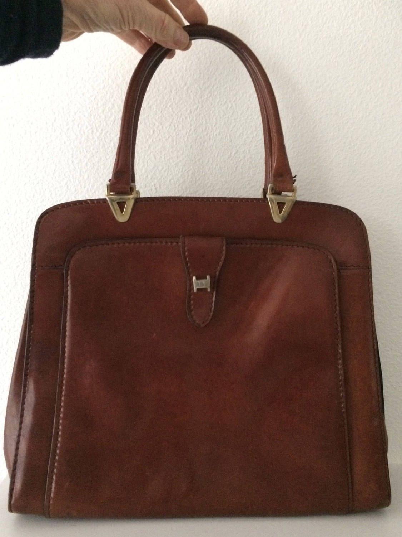 2a06bf487c0 Beautiful vintage brown shiny leather handbag by MORETHANVINTAGENL on Etsy  Bruin Leder, Beautiful, Lederen