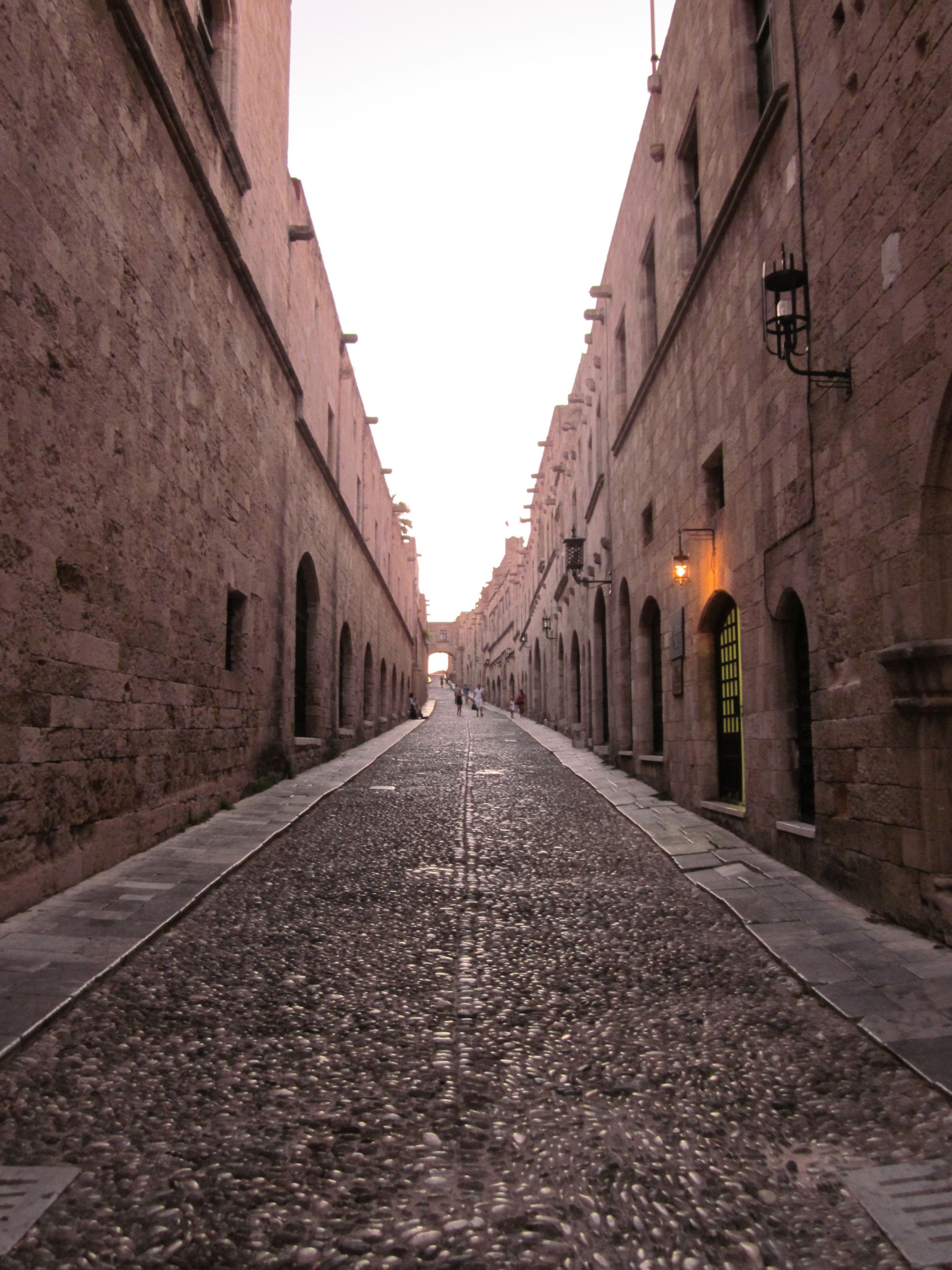 Kävelyllä Rodoksen vanhan kaupungin kujilla. #Rhodes #Greece #Aurinkomatkat