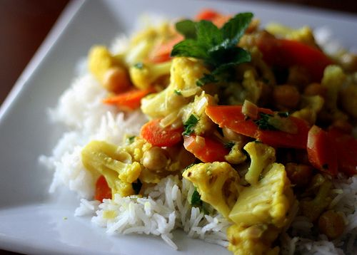 Coconut curry with cauliflower, carrots & chickpeas #glutenfree #nondairy #coconut