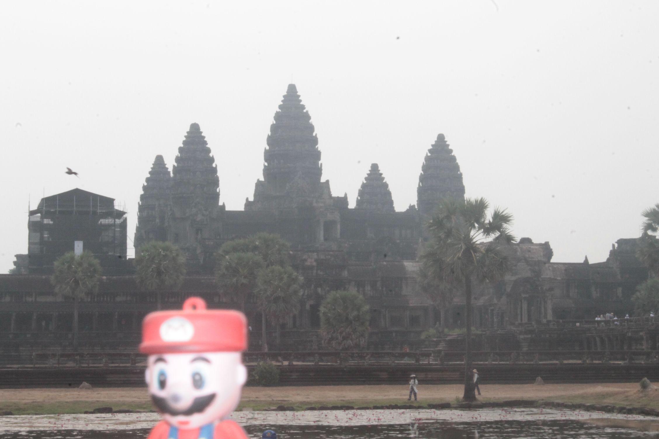 Viendo el amanecer en el famoso Angkor Wat, simbolo del país