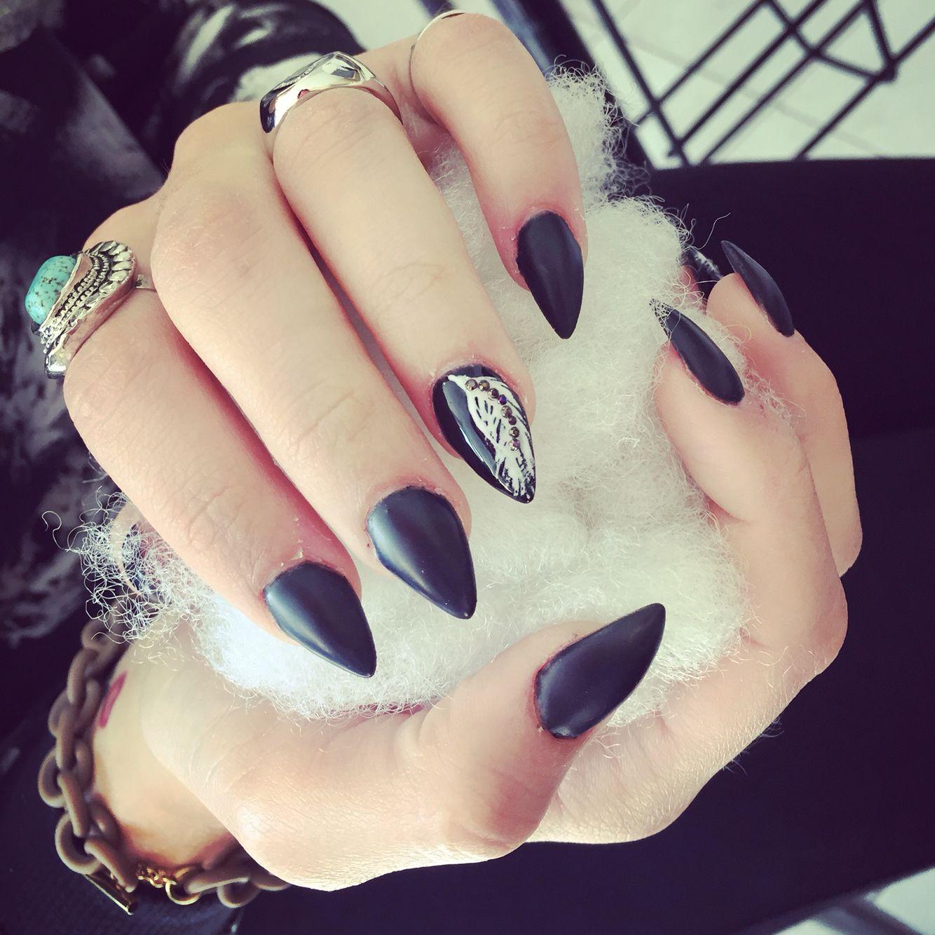 Queste sono le mie unghie in gel, a punta, nere opache con una piuma  sull\u0027anulare decorata con dei brillantini