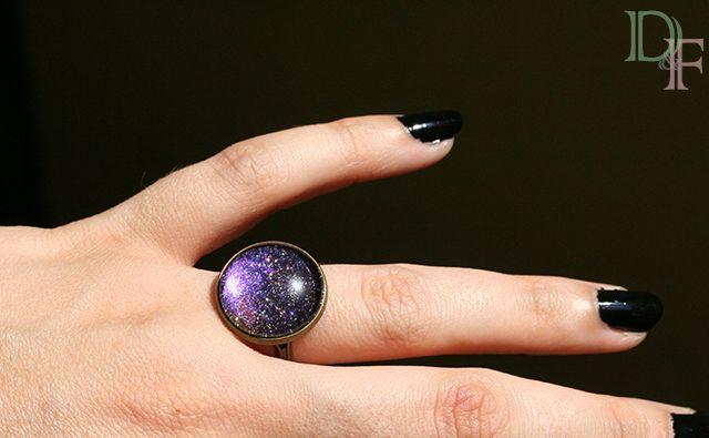 Bague vernis à paillettes, effet galaxie, espace, astronomie, voie lactée. Galaxy blue ring glitter glass cabochon. http://divine-et-feminine.com/fr/bagues/78-bague-galaxie-voie-lactee-vernis-paillettes.html