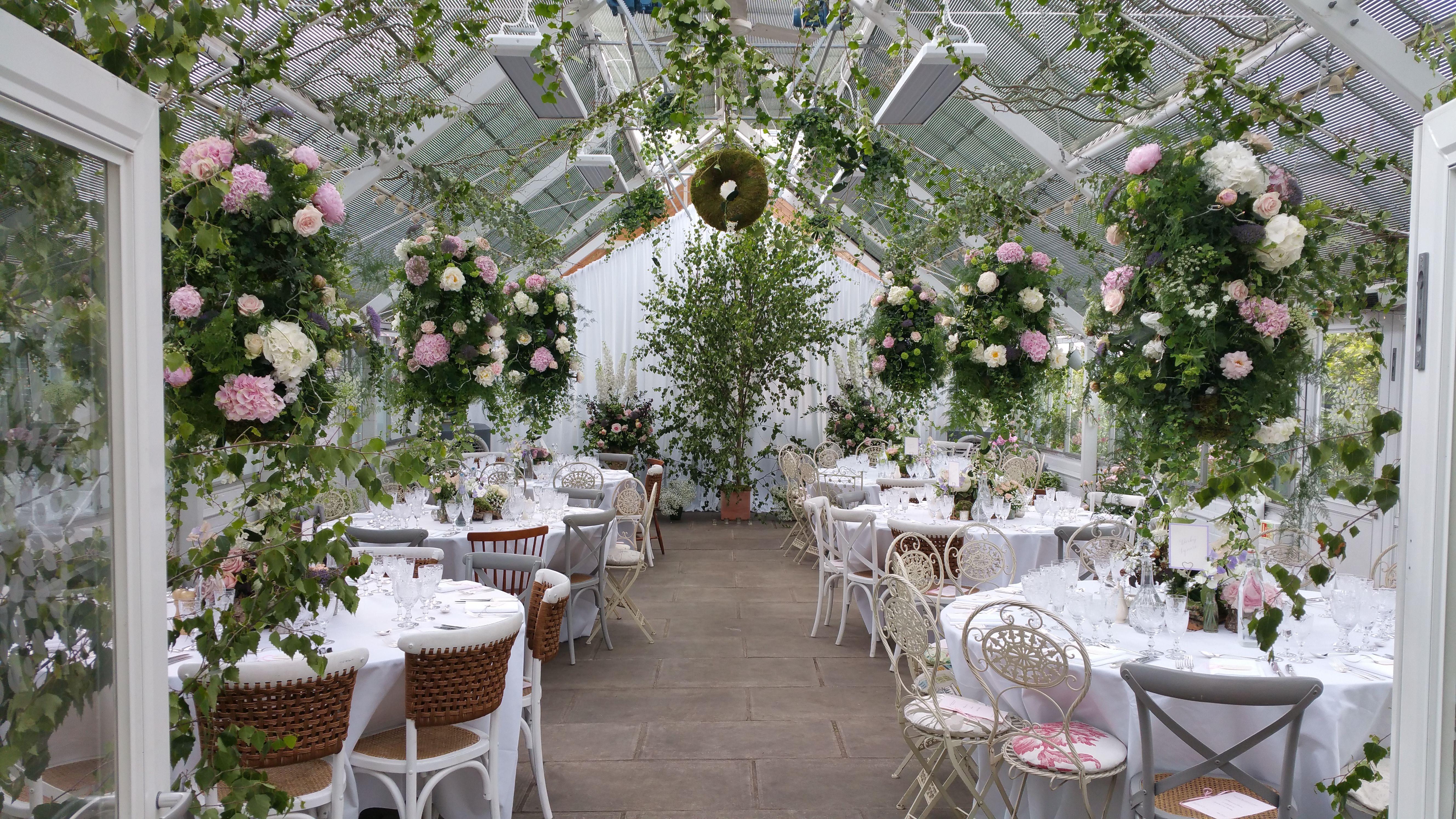 Flower Filled Wedding Venue Dekorasi Pernikahan Pernikahan Minimalis