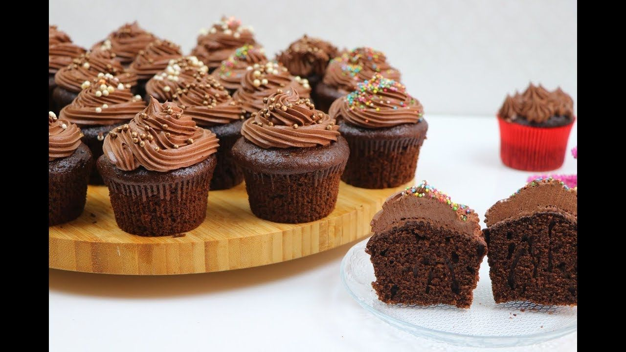 اسهل واطيب واسرع كب كيك الشوكولا بالخلاط ميني كيك هش وطري بكريمة مع رباح Food Desserts Cake Cookies