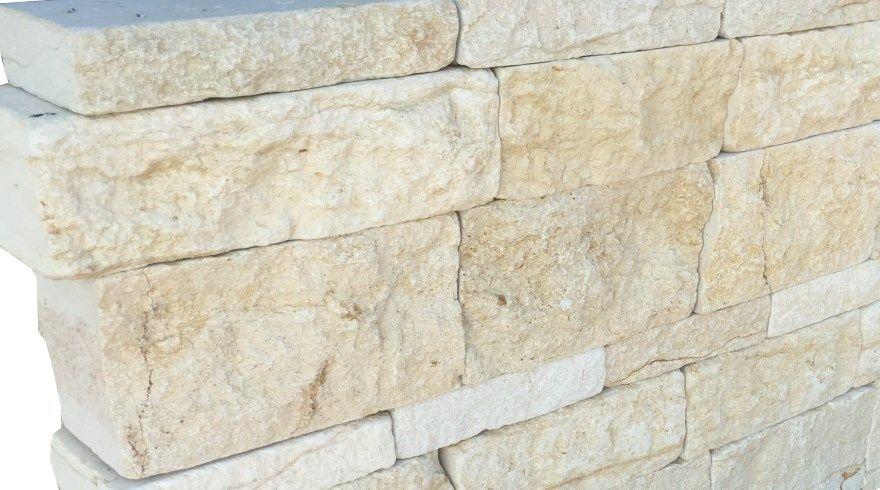 eine natursteinmauer aus dem kalkstein sea shell die farben sind beige gelblich die steine. Black Bedroom Furniture Sets. Home Design Ideas