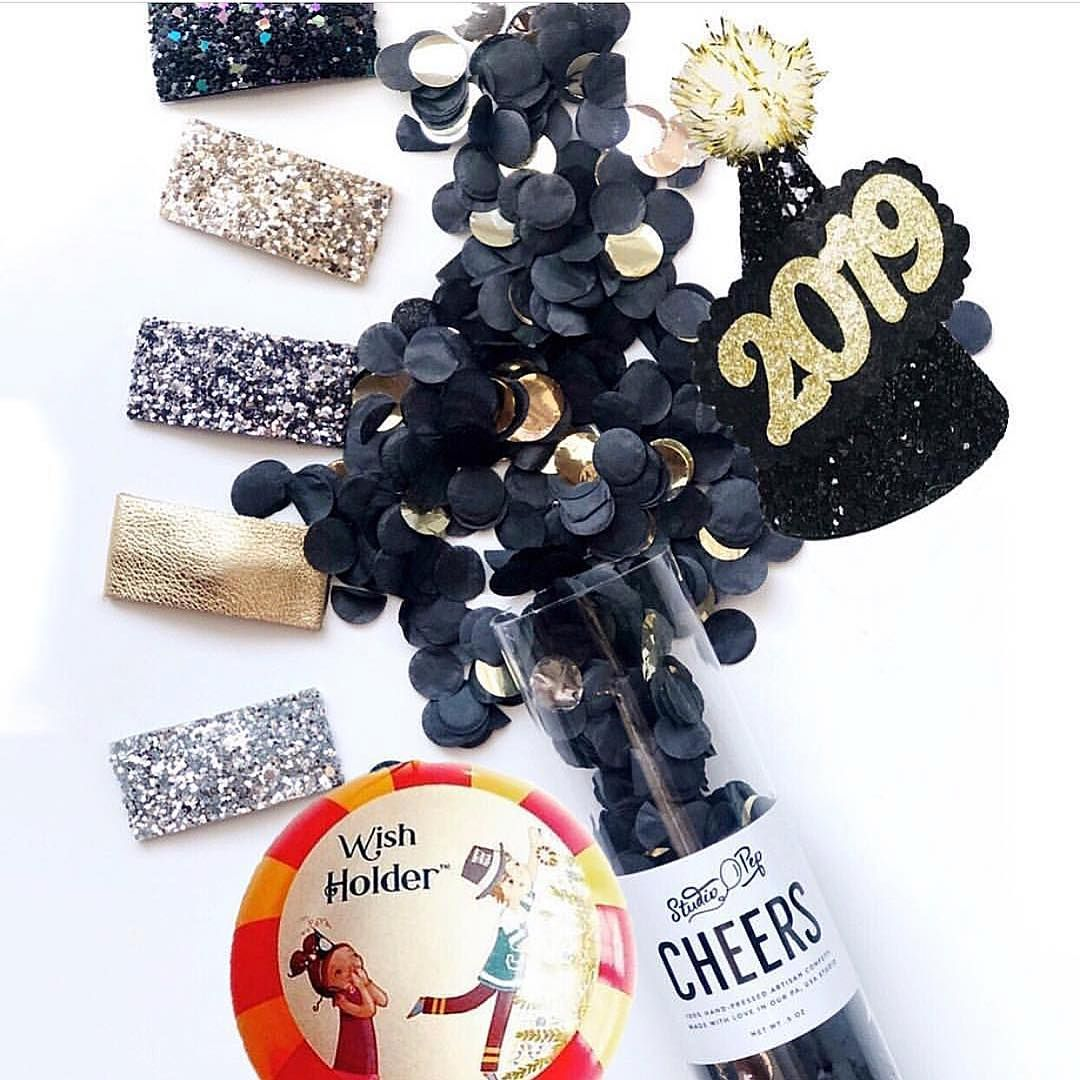 GIVEAWAY 🖤🥂 Enter to win a New Years Eve celebration prize