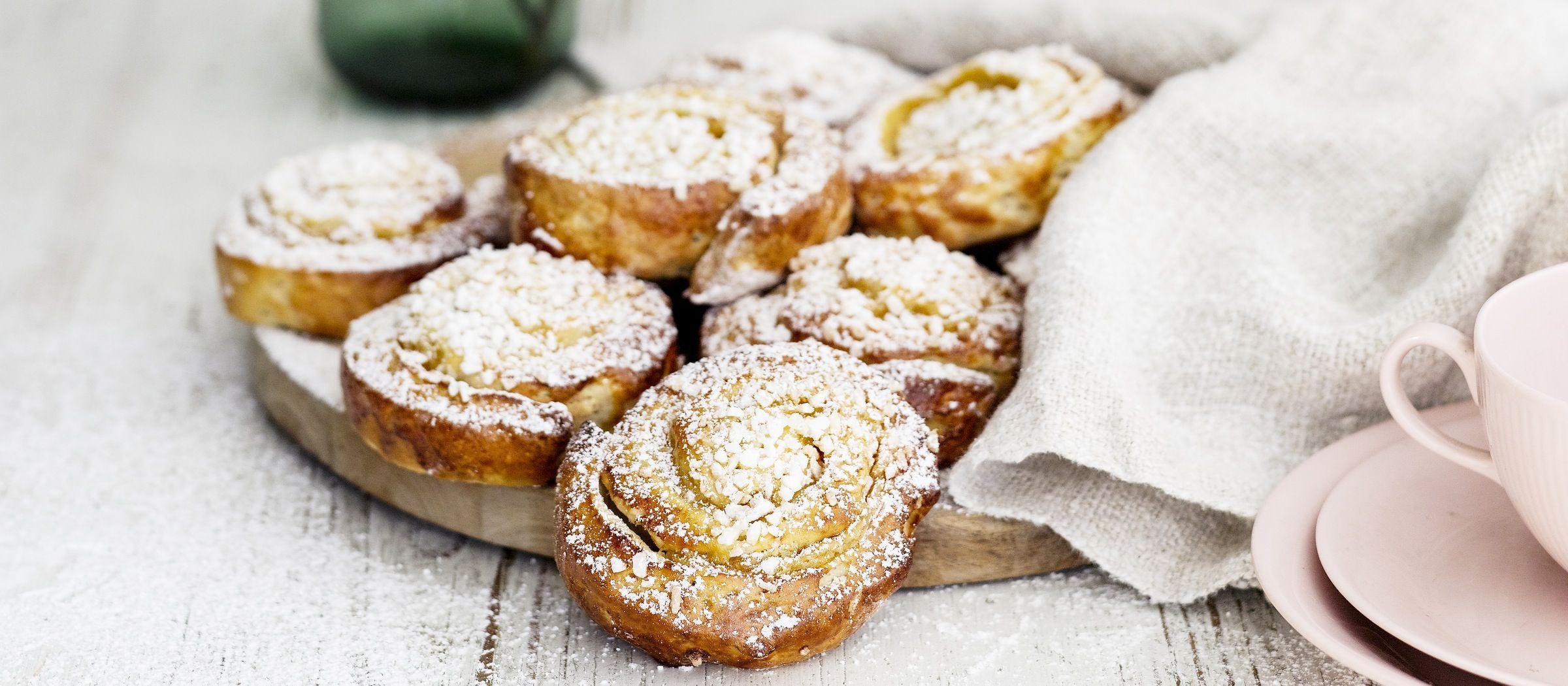 Gluteenittomat kierrepullat täytetään vaniljakreemitäytteellä. Voit leipoa taikinasta myös tavallisia pyöreitä pikkupullia. N. 0,40€/annos.