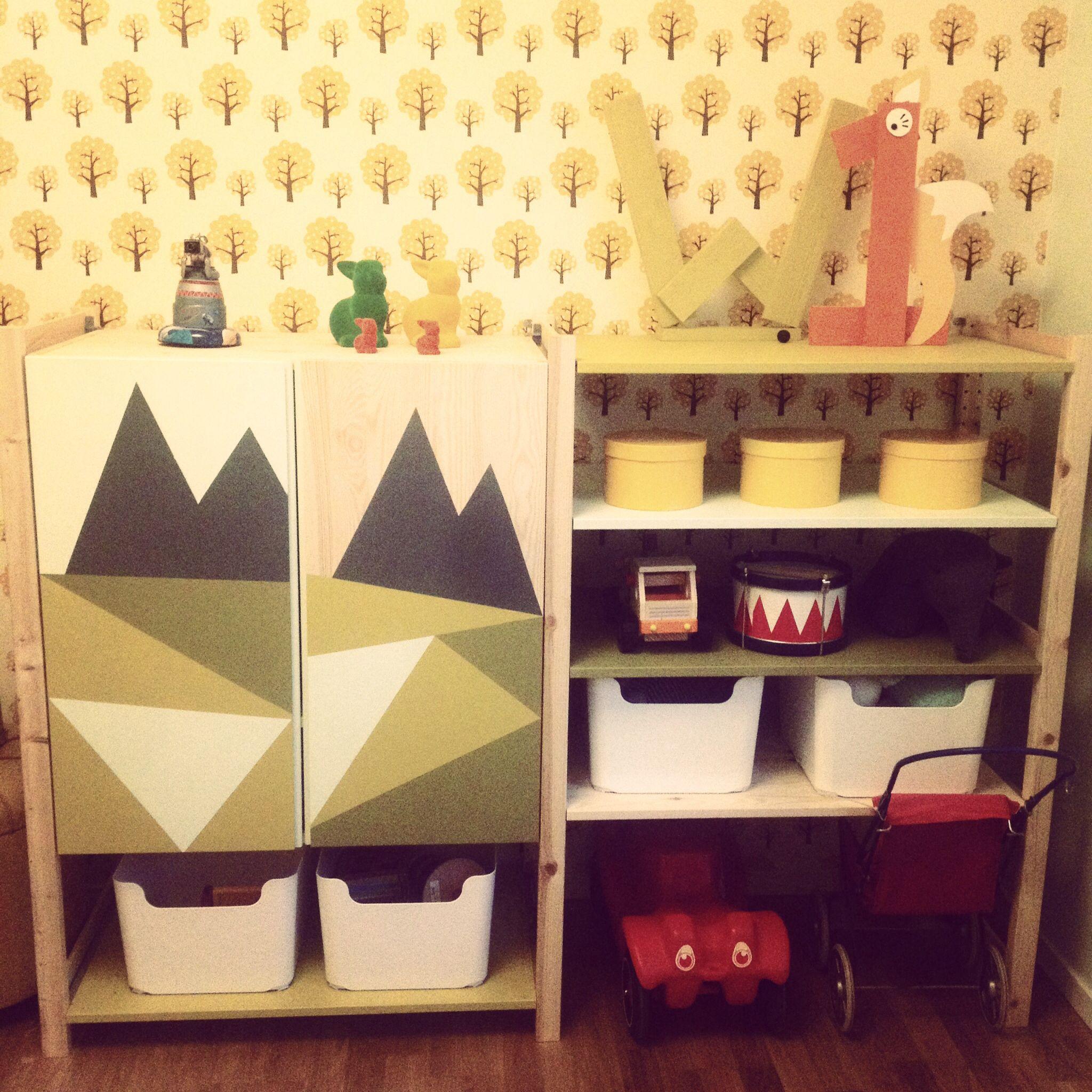 niedrige ikea kombination regalbretter weglassen um platz f r fahrzeuge zu haben kinderzimmer. Black Bedroom Furniture Sets. Home Design Ideas