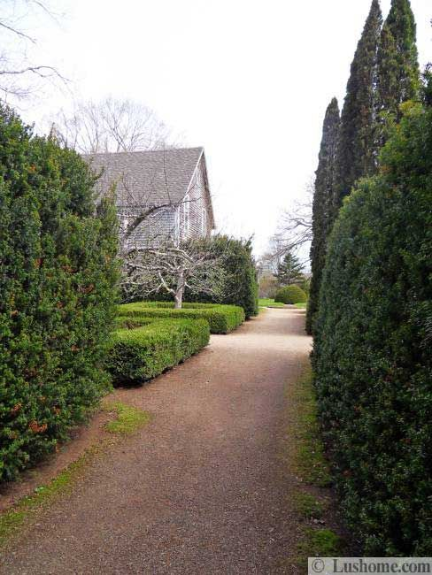 Attractive garden paths enhance beautiful garden design. Curvy or straight, gravel or stone path design ideas increase the appeal of spring garden design, especially in early spring when there are just few blooming trees and flowers in your garden. Lushome brings a collection of amazing, charming an