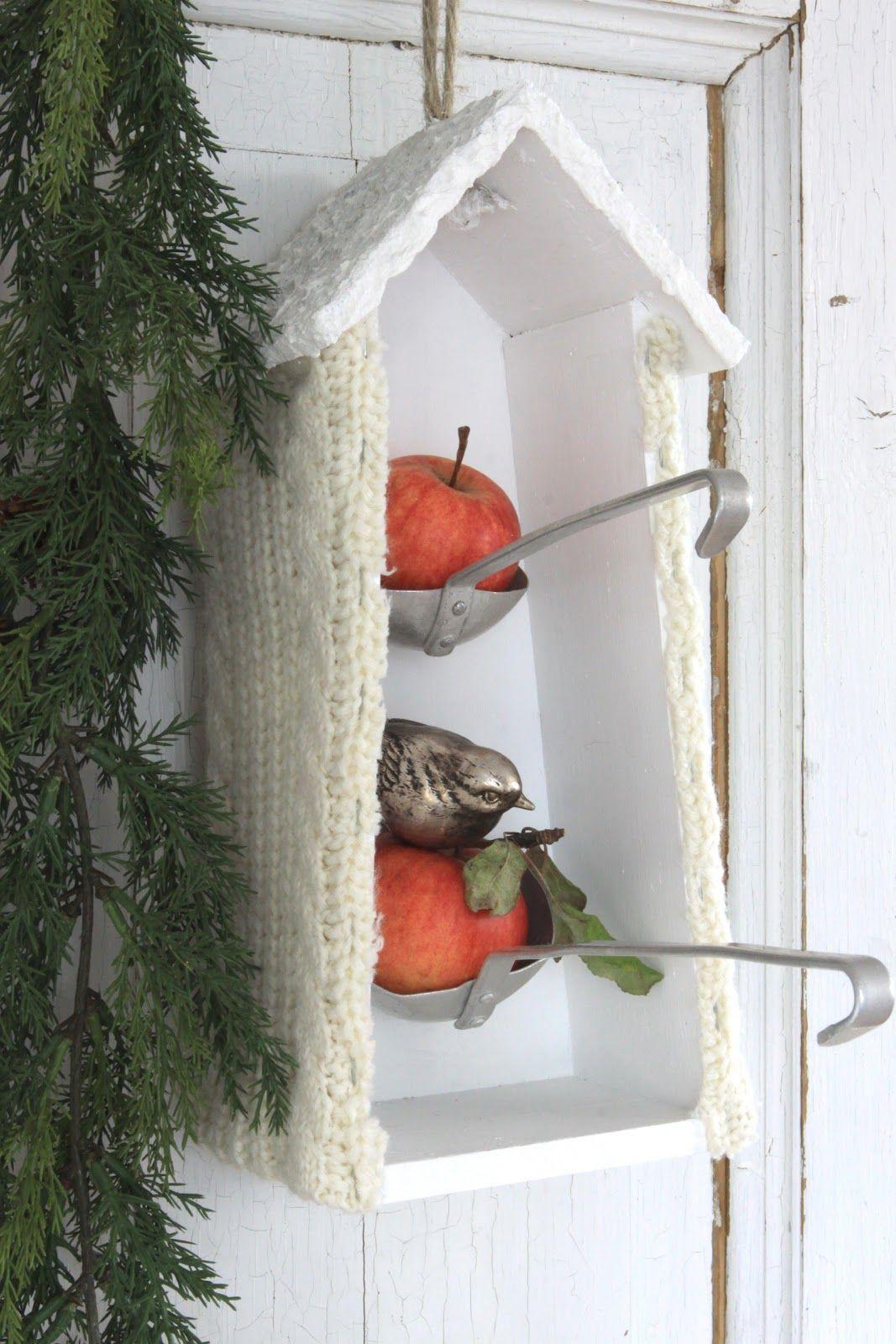 """Hei igjen og god morgen Fuglehuset er opprinnelig en rugekasse... ...""""front veggen"""" er fjernet og interiøret malt hvitt. Taket er malt med ..."""