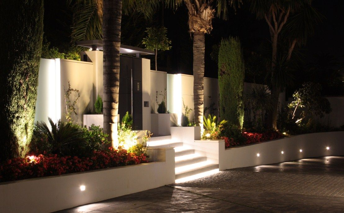 Villa en la cerquilla illusion iluminaci n exterior de - Iluminacion led exterior jardin ...