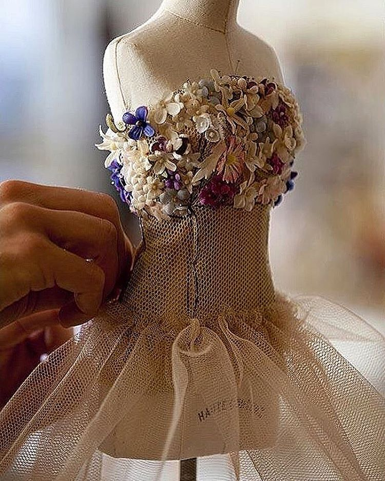 @dior #gown#fashion #fashionblog #fashionista #fashiondesigner #fashionstyle #hautecouture #hautecouturedress #couture #couturefashion #couturiere #designer #wonderland #embroidery #moda#paris#atelier #atelierparis #dress#dresses#dressed#dresscode #dressmurah