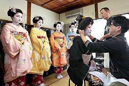 「北野をどり」の写真撮影のため、衣装合わせをする芸舞妓たち(17日午前10時35分、京都市上京区・上七軒歌舞練場)
