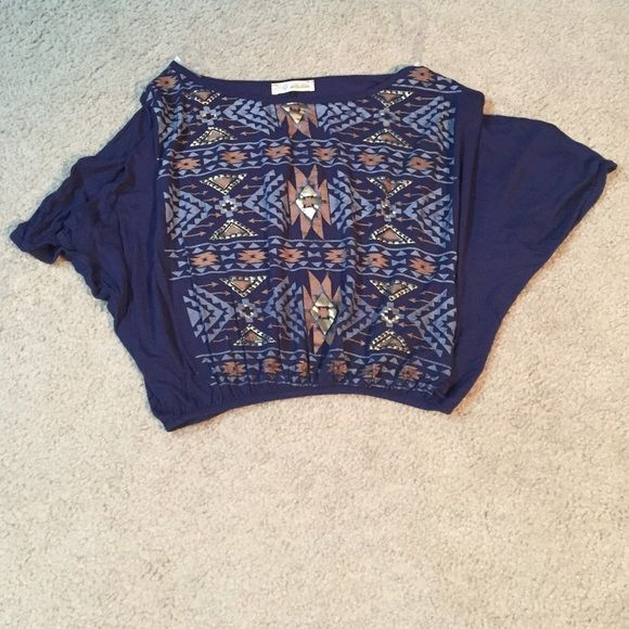 Loose Gold Detailed Crop Top This is a cotton loose-fitting crop top. The sleeves are connected and the bottom has an elastic band. Perfect condition. Small/Medium G Collection Tops Crop Tops