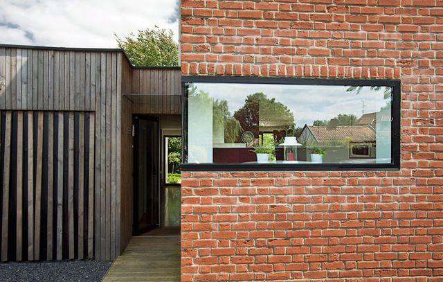 Maison moderne avec grandes fenêtres, baies vitrées et baies ...