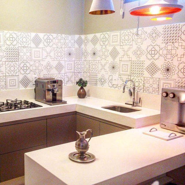 Os traços enigmáticos e metálicos dourados riscam a superfície branca e brilhante dos azulejos Patch Light Gold no projeto de @cibellecostaarquiteta #decortiles #deeplove #cozinha #kitchen #espaçogourmet #azulejo #gold #instadecor #interiores
