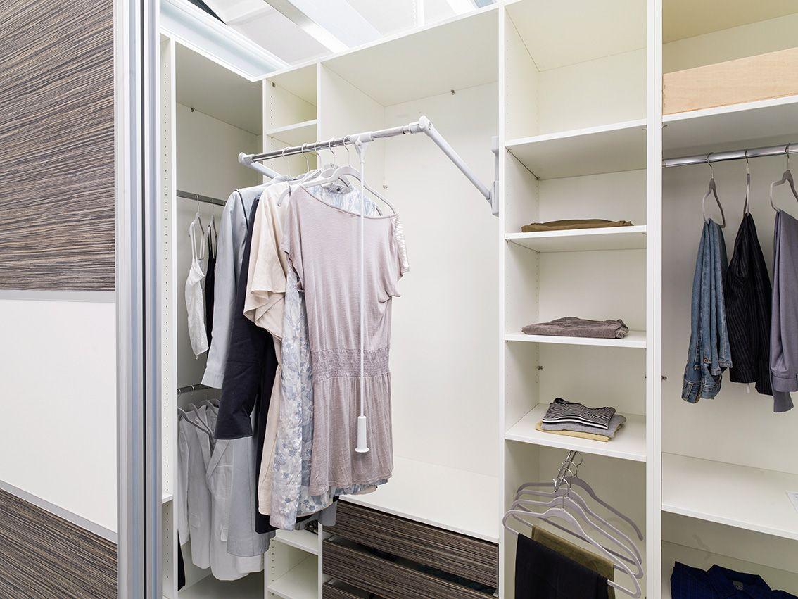 Begehbares Kleiderschranksystem Mit Schiebeturen Und Viel Ausstattung Wie Zum Beispiel Einem Kleid Kleiderschrank Kleiderschranksystem Kleiderschrank Nach Mass