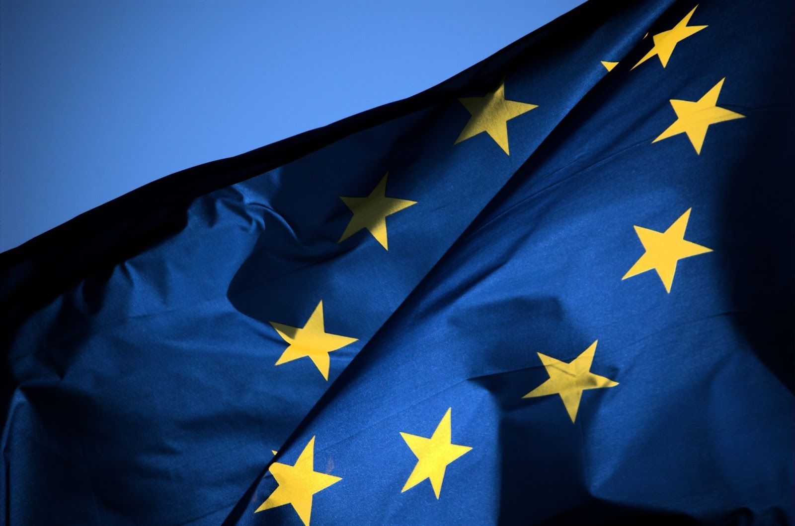 """No Sense of Reason: Ser Europeu """"Que significa ser Europeu? Viver num continente livre, seguro, com oportunidades de crescimento e desenvolvimento pessoal. Partilhar o berço de grandes civilizações, da cultura, da arte, da sociedade, e da ciência. Caminhar por ruas históricas, ao lado de muitos dos grandes génios que a Humanidade já conheceu, e tratá-los como pares. Estar no centro onde tudo acontece."""""""