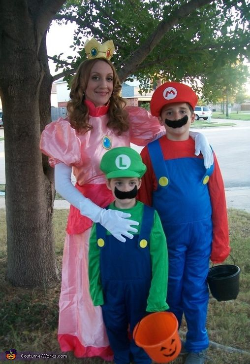 Princess Peach Mario And Luigi Halloween Costume Contest