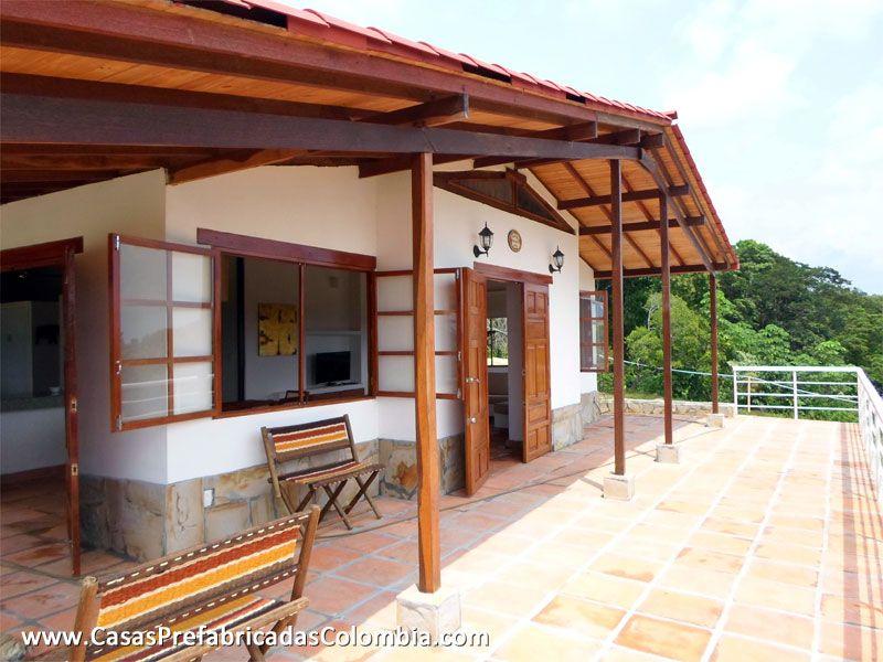 Casa de un nivel en teja de barro puertas y ventanas en for Puertas de madera para casas de campo