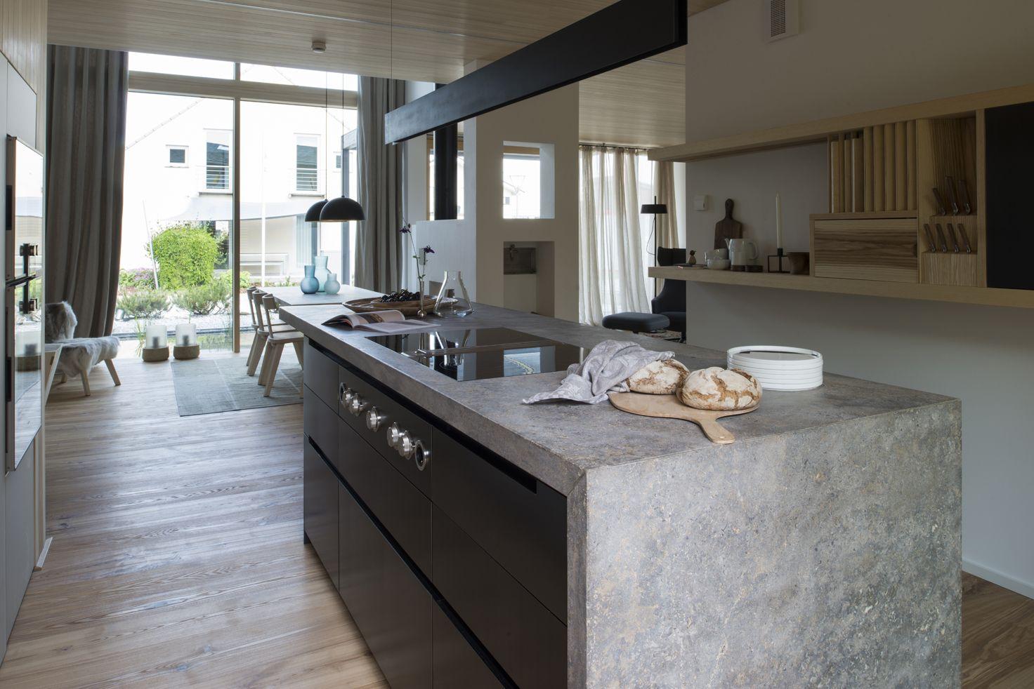 Die Küche als Insel, eingerahmt von einer Arbeitsplatte aus ...