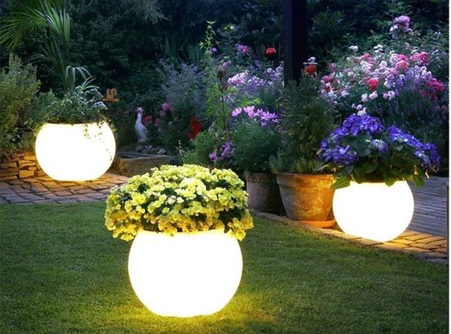 Luces de exterior en un jard n encantado decoraci n - Luces para jardin ...