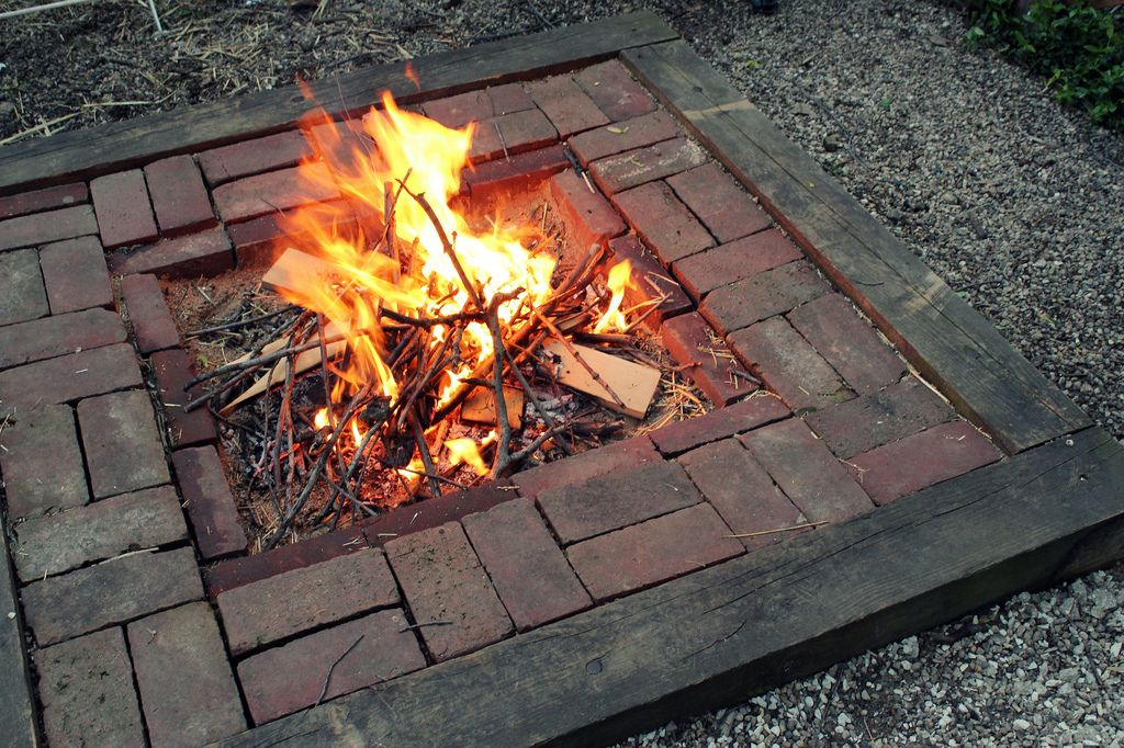 Super easy and cheap diy firepit river rock pea gravel for Easy backyard fire pit