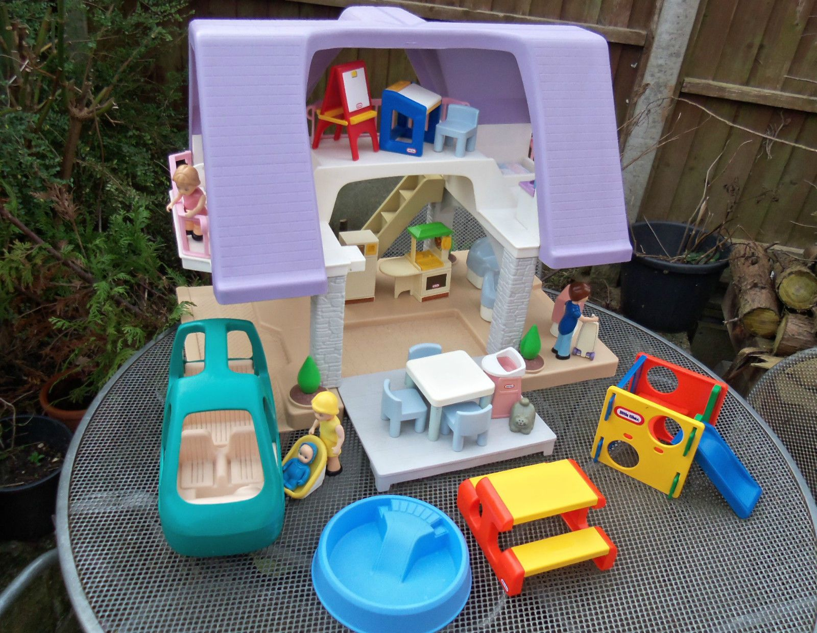 Little tikes dolls house with furniture figures great cond
