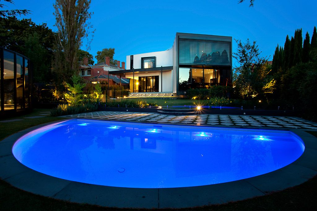 Aloha Pools Pty Ltd Designed This Formal Pool In Kew Victoria Australia This Refreshing Blue Curve Acts As The Perfect Visua Aloha Pools Pool Swimming Pools
