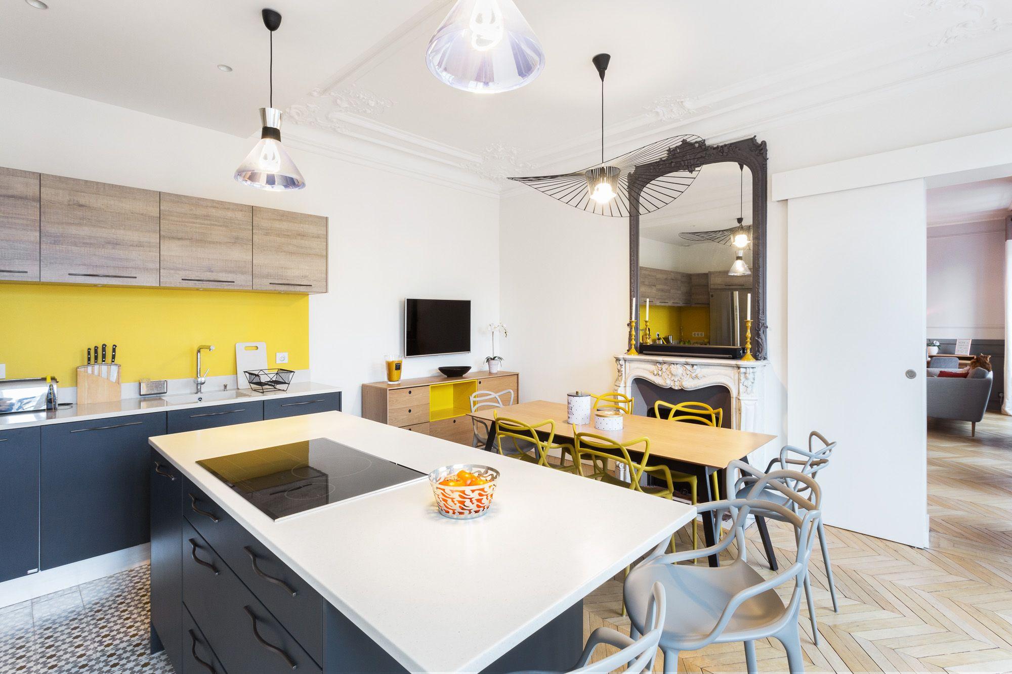Cuisine graphique jaune et grise - appartement haussmannien parisien ...