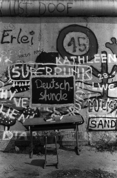 """Berlin Wall / Graffiti / Photo / 1985Berlin, Berlin Wall.  Graffiti """"Deutschstunde"""" (German class) with a desk and chair at the Berlin Wall near Potsdamer Platz.  Photo, 1985.Hans W. Mende"""