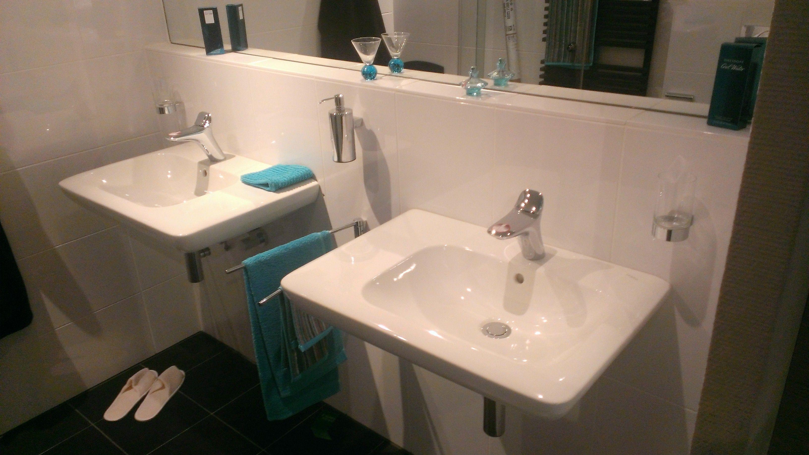Baderie Sanitair Badkamer : Twee enkele wastafels zonder onderkast gezien bij baderie houten